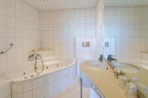 A bathroom at Boulevard Hotel Scheveningen