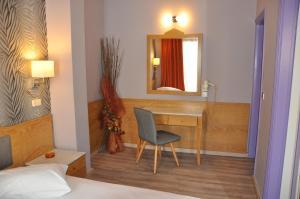 A seating area at Eva Hotel Piraeus