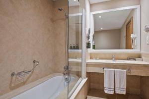 A bathroom at Melia Villaitana