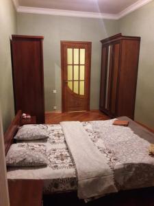 Cama ou camas em um quarto em AKHUNDOV GARDEN Apatment 2 Bedrooms