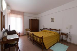 A bed or beds in a room at Hotel Ispinigoli