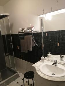 A bathroom at Relais de la Mothe