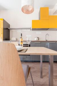 Кухня или мини-кухня в Red & Yellow Apartment