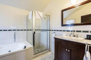 A bathroom at Ballina Manor Small Luxury Hotel