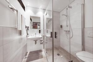 A bathroom at Maison Schiller by DesignCity Hotels
