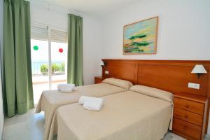 Säng eller sängar i ett rum på Apartamentos HC Burriana Playa