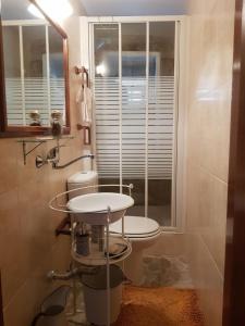 A bathroom at A Casinha do Beco