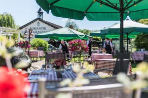 A restaurant or other place to eat at Lohmann's Romantik Hotel Gravenberg