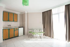 Een keuken of kitchenette bij Kleopatra Tower Suite Hotel
