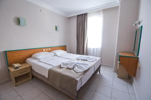 Een bed of bedden in een kamer bij Kleopatra Tower Suite Hotel