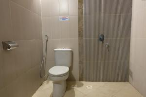 A bathroom at RedDoorz Plus @ Raya Senggigi Lombok
