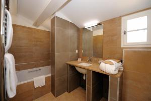 A bathroom at Les Jardins de Saint Benoit by Popinns