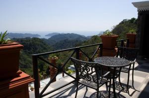 A balcony or terrace at Hotel Villa Caletas