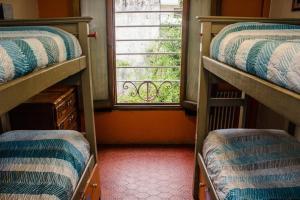 Uma ou mais camas em beliche em um quarto em Play Hostel Arcos