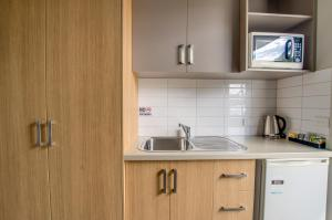 A kitchen or kitchenette at Campaspe Lodge