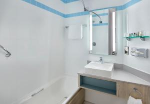 A bathroom at Jurys Inn London Croydon