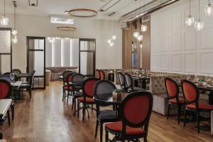 Ein Restaurant oder anderes Speiselokal in der Unterkunft Continental Hotel