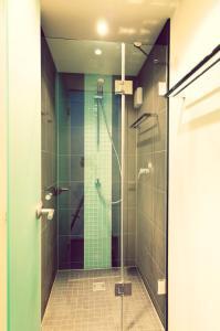 A bathroom at ONE80° Hostels Berlin