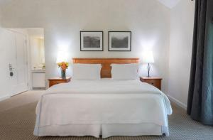 A bed or beds in a room at Southbridge Napa Valley