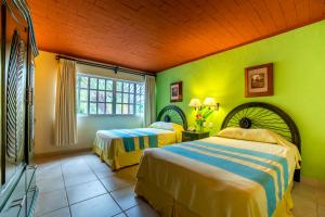 A bed or beds in a room at Hotel Chichen Itza