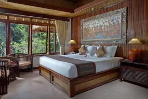 Una cama o camas en una habitación de Hotel Tjampuhan Spa