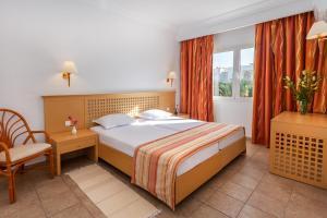 سرير أو أسرّة في غرفة في Le Corail Appart'Hotel Yasmine Hammamet