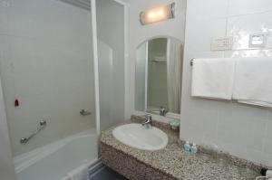 A bathroom at Hotel Metropol – Metropol Lake Resort
