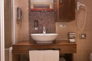 A bathroom at Hotel Lago Di Garda