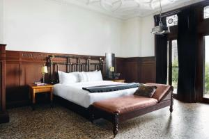 A bed or beds in a room at Chicago Athletic Association, part of Hyatt