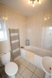 A bathroom at Arle Farmhouse