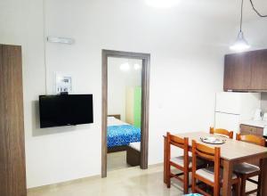 Μια τηλεόραση ή/και κέντρο ψυχαγωγίας στο Zea Waves apartments