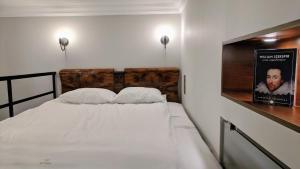Łóżko lub łóżka w pokoju w obiekcie Shakespeare by mythings