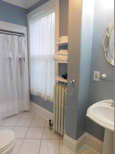 A bathroom at Celtic Charm Bed and Breakfast