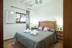 A bed or beds in a room at Sant Climent Villa Sleeps 8 Pool Air Con WiFi