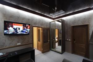 Телевизор и/или развлекательный центр в Carlson Hotel Zheleznogorsк