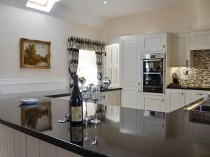 A kitchen or kitchenette at Proctors Cottage