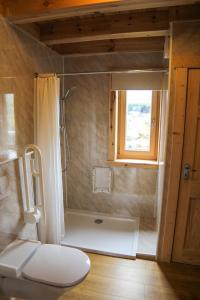 A bathroom at Finsbay Lodges