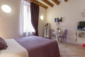 A bed or beds in a room at Giardino Giusti House & Court