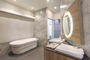 A bathroom at Sun Dialogue Hotel-By Cosmos Creation
