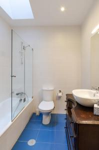 A bathroom at Porto Gaia City House by MP