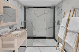 A bathroom at Orchid Eilat Hotel