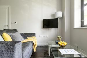 A seating area at homely - Watford Premier Apartments (Warner Bros Studio)