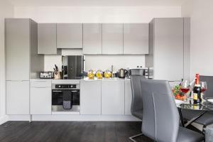 A kitchen or kitchenette at homely - Watford Premier Apartments (Warner Bros Studio)