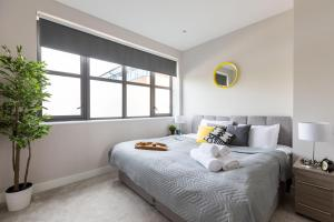 A bed or beds in a room at homely - Watford Premier Apartments (Warner Bros Studio)