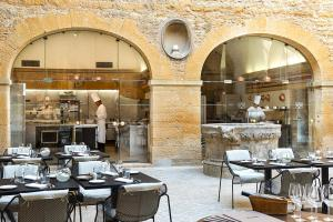 A restaurant or other place to eat at Château de Bagnols