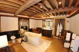 A bathroom at Château de Bagnols