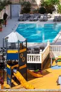 Vue sur la piscine de l'établissement Apartamentos Flor los Almendros ou sur une piscine à proximité