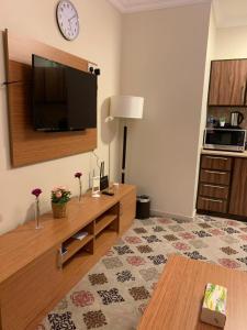 Uma TV ou centro de entretenimento em Altelal Apartment