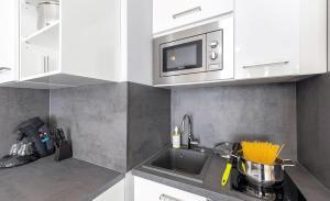 A kitchen or kitchenette at centerroom München City