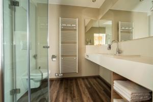 A bathroom at Thermalhotel Leitner